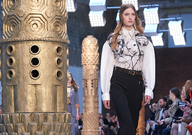 Girls, Move Forward! -- The Catwalk Analysis of Chloé Womenswear