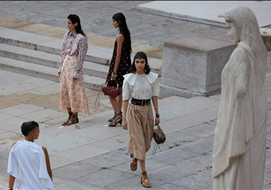 A Season in Hope -- The Catwalk Analysis of Chloé Womenswear